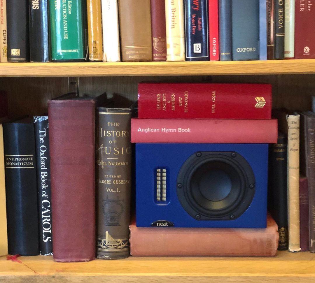 Neat Iota in een boekenkast