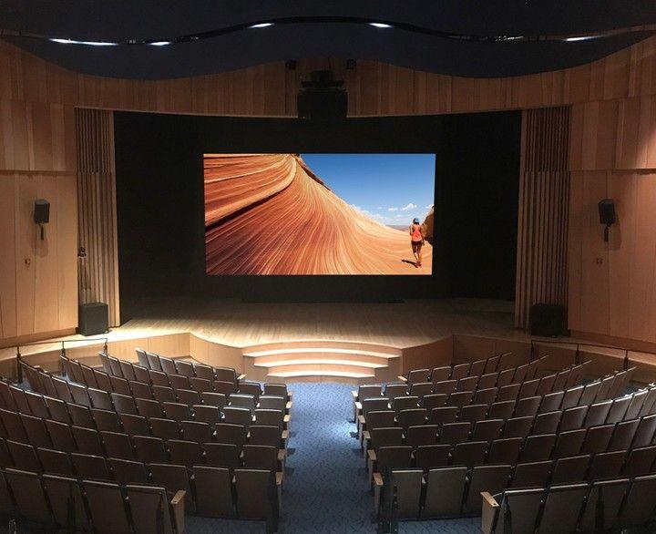Stewart Filmscreen in een zaal