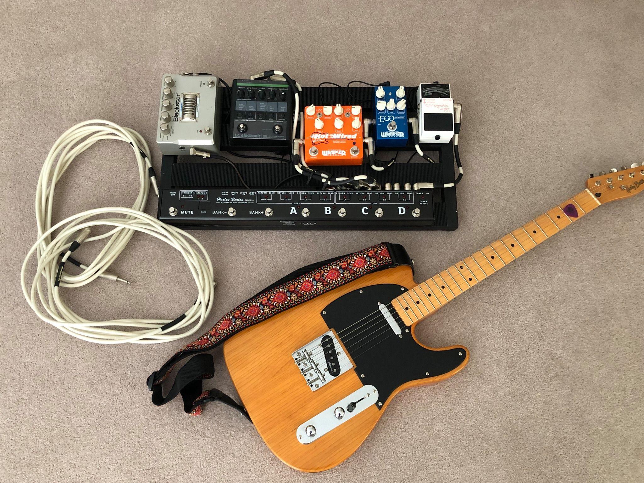 gitaar met chord luidsprekerkabels