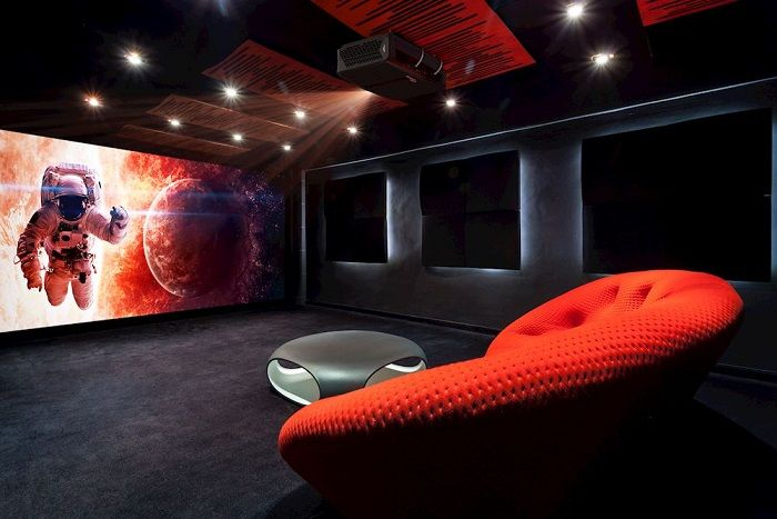 optoma projector in thuisbioscoop omgeving