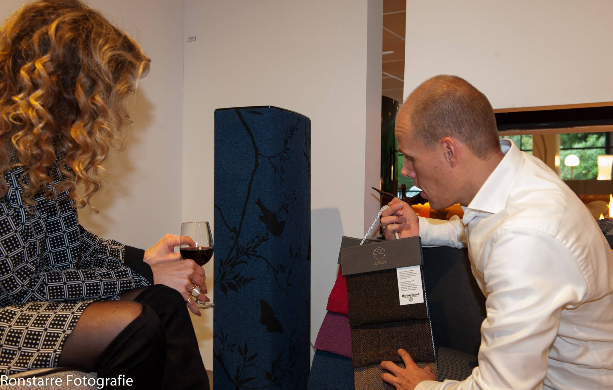 Bezoeker svan de showroom bij Aelive in Soesterberg met Martijn van Buren